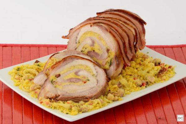 Lombo encapado com bacon e farofa